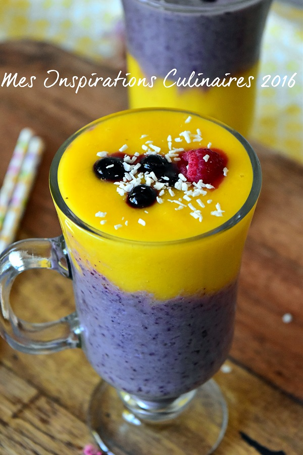 Smoothie mangue banane et myrtilles