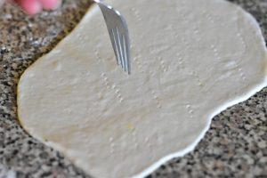 etaler le pain naan et piquer avec une fourchette