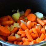 ajouter-les-carottes-et-oignons
