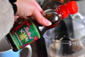 verser l'huile de sesame