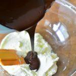 verser le chocolat sur le mascarpone