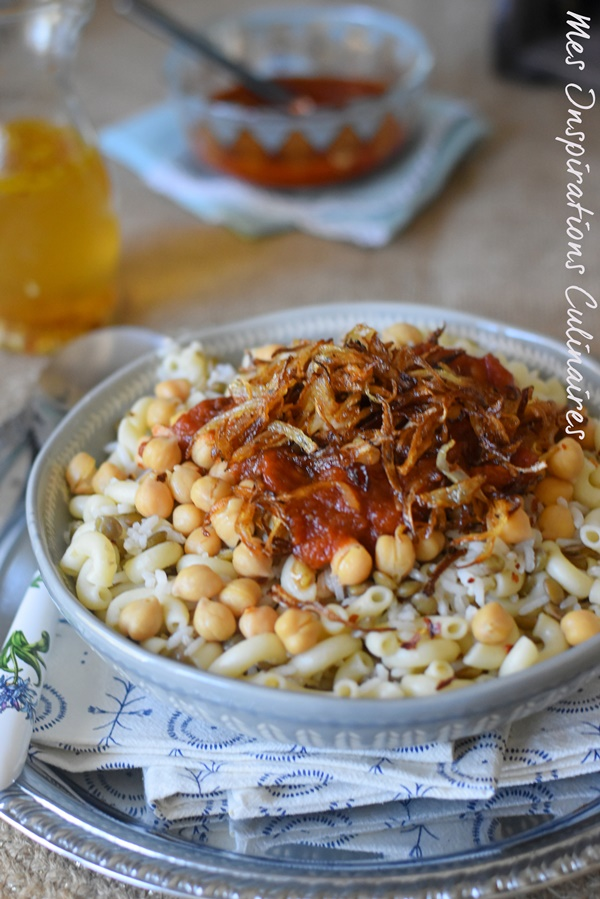 Koshari recette egyptienne sauce tomate oignons frits