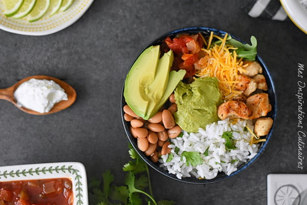 Burritos bowl au poulet, haricots rouges et avocat