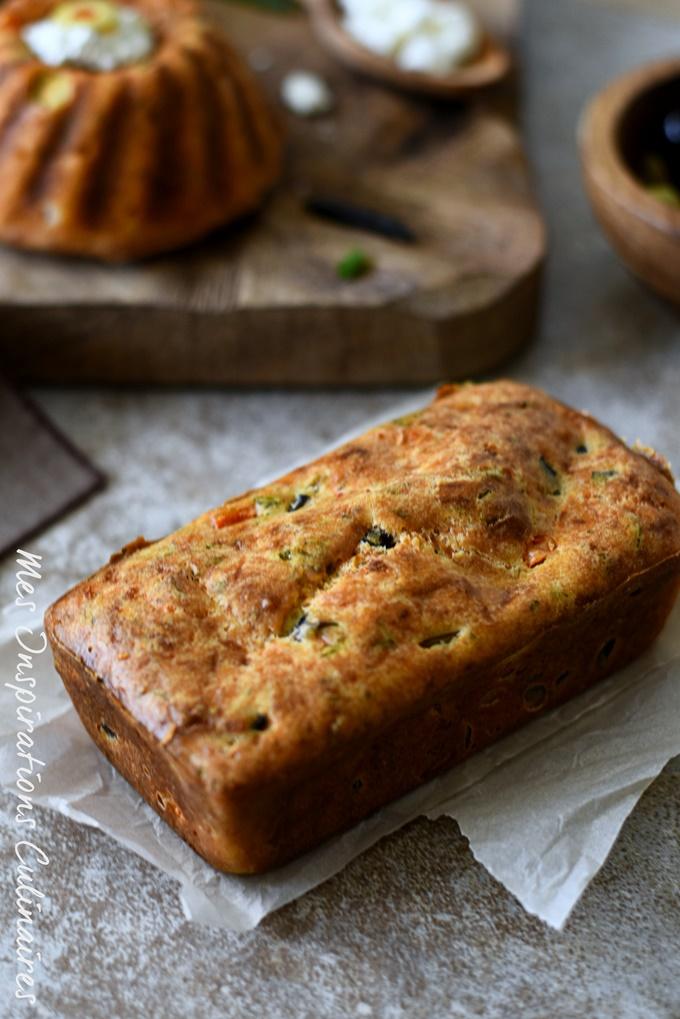 Cake salé façon à la grecque, poivron rouge feta et olives noires