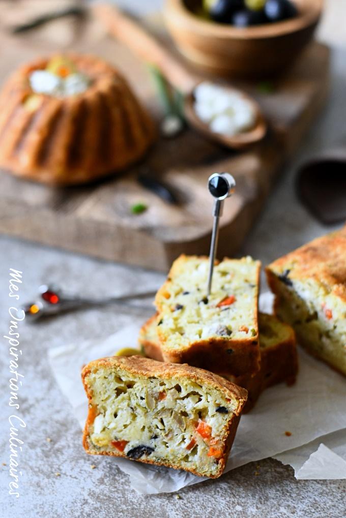 Cake salé à la grecque, poivron rouge feta et olives noires
