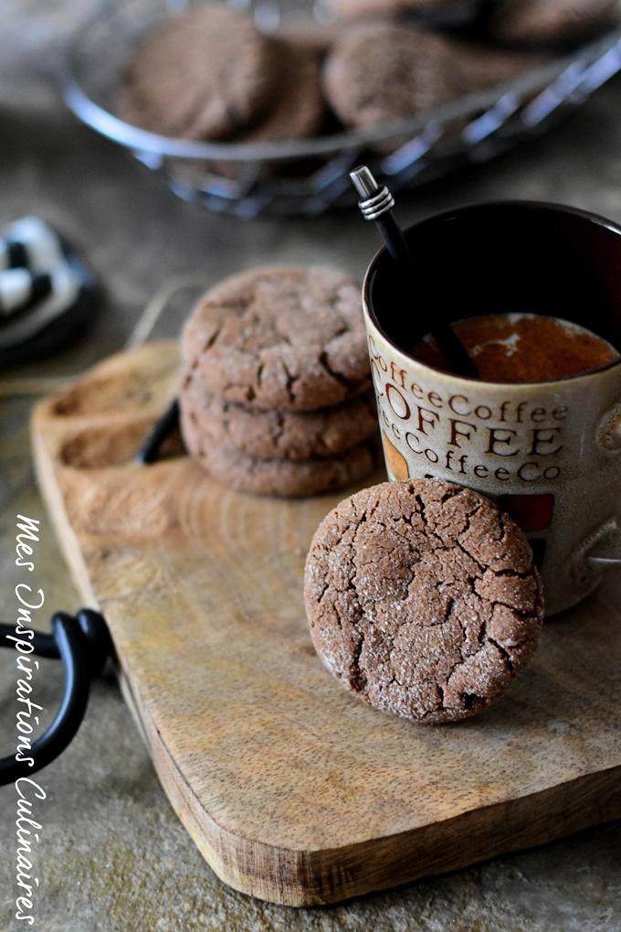 Biscuits au chocolat (cacao) avec des jaunes d'oeufs