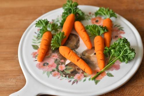 ajouter un brin de persil dans la carotte en pate d'amande
