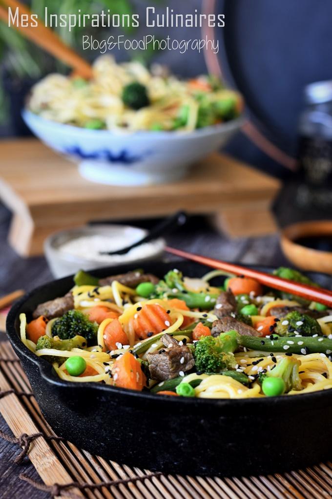 Nouilles chinoises sautées aux légumes et boeuf