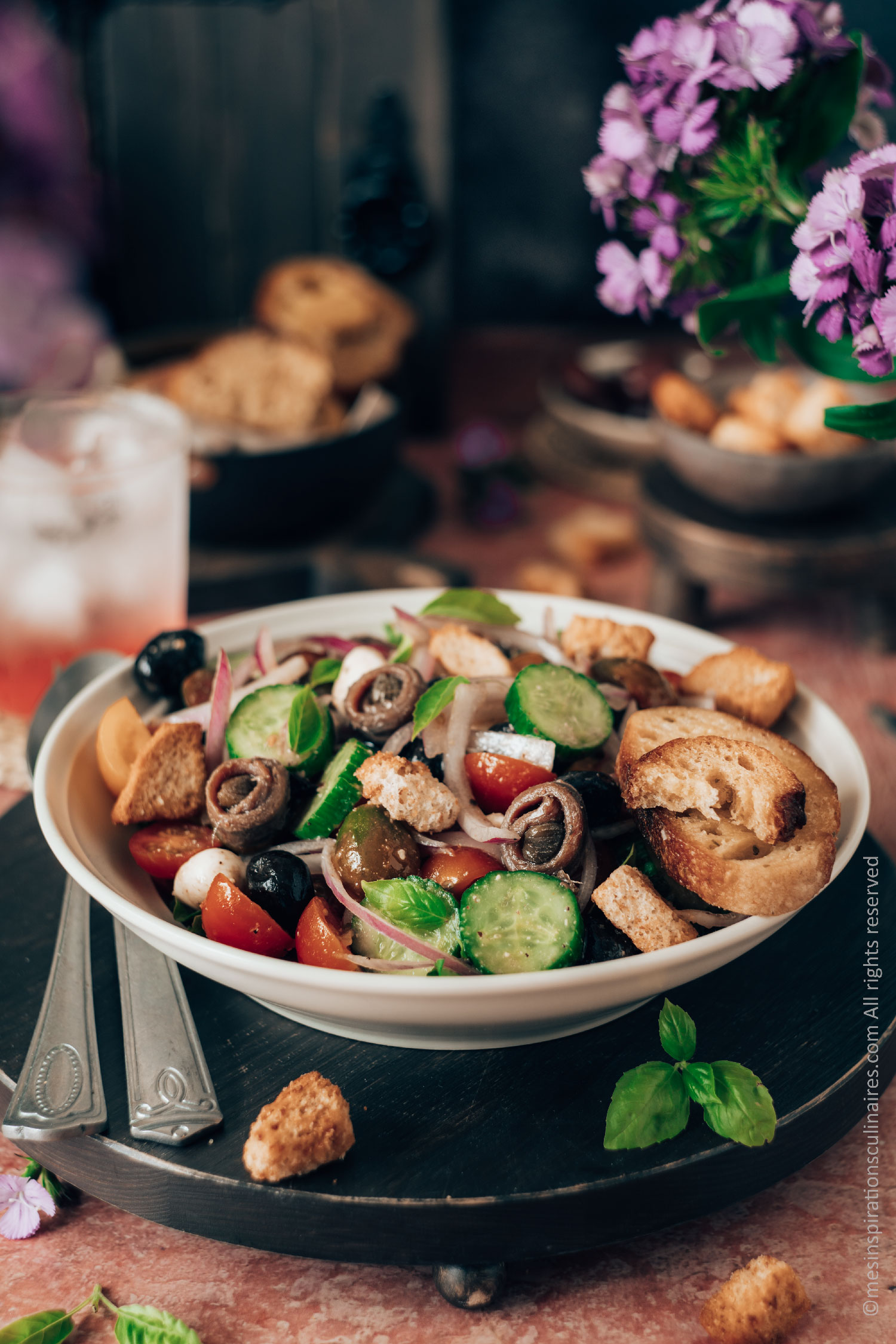 Panzanella salade tomates, concombres oignons rouge et pain rassis
